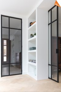 zwarte stalen deuren en lichte visgraat vloer