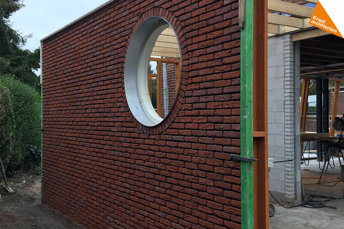 uitbouw met rond raam