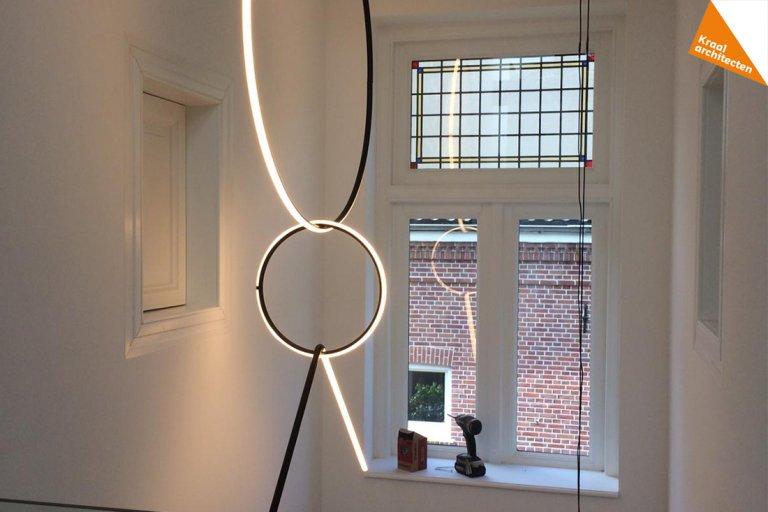 lamp van flos wordt opgehangen in vide klassieke vila