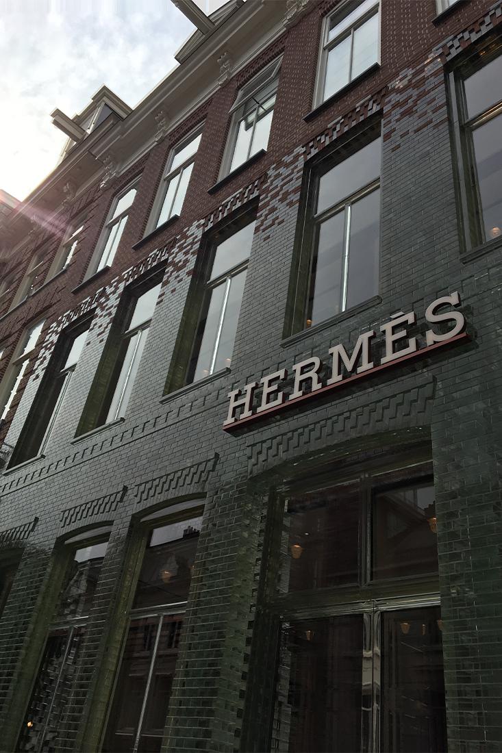 gevel met glazen stenen bij de winkel van Hermès in de Crystal Houses in Amsterdam