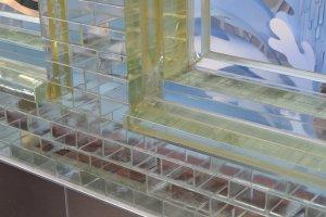 glazen bouwstenen bij de gevel van de Hermèswinkel in Amsterdam
