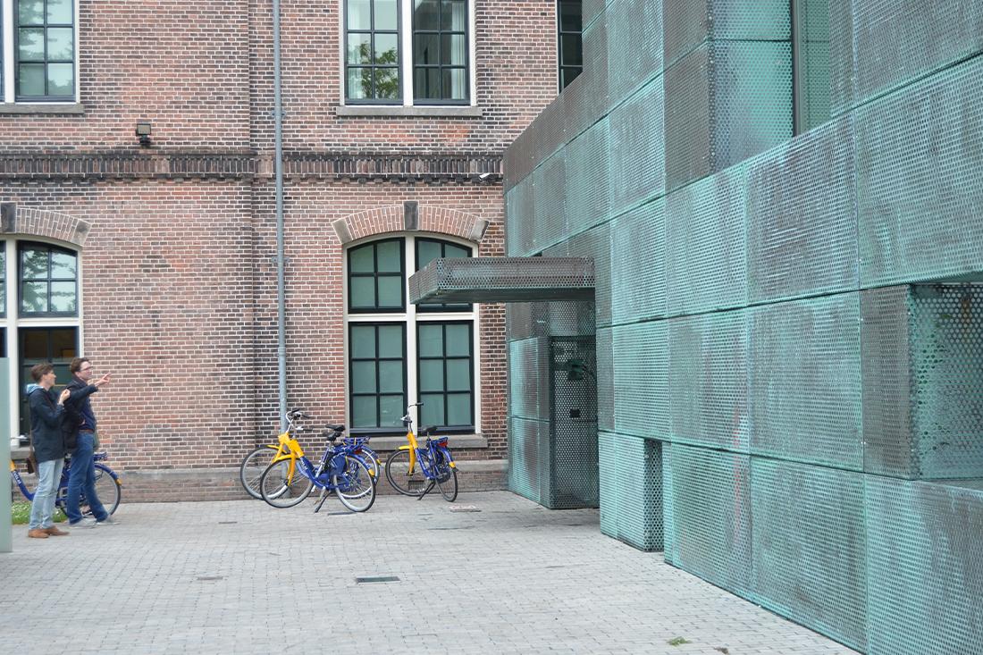 Architecten bekijken kantoor van woningbouwvereniging Het Oosten aan de Sarphatistraat in Amsterdam