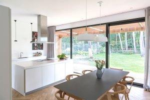 keuken met eettafel en doorkijkje naar de veranda en de tuin