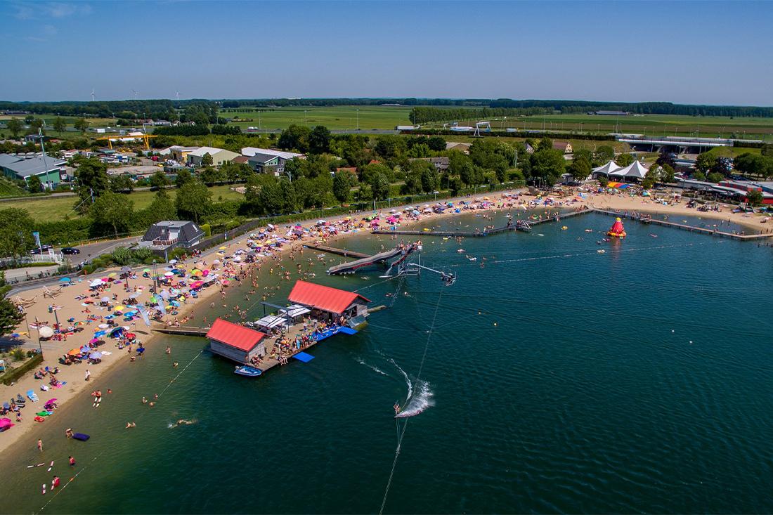 het strandbad en de waterskibaan van camping Betuwestrand vanuit de lucht gezien