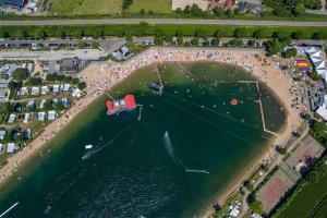 strandbad met waterskibaan en startplatform gezien vanuit de lucht