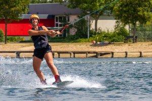 vrouw op een waterski