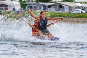 twee jongens samen op een waterski