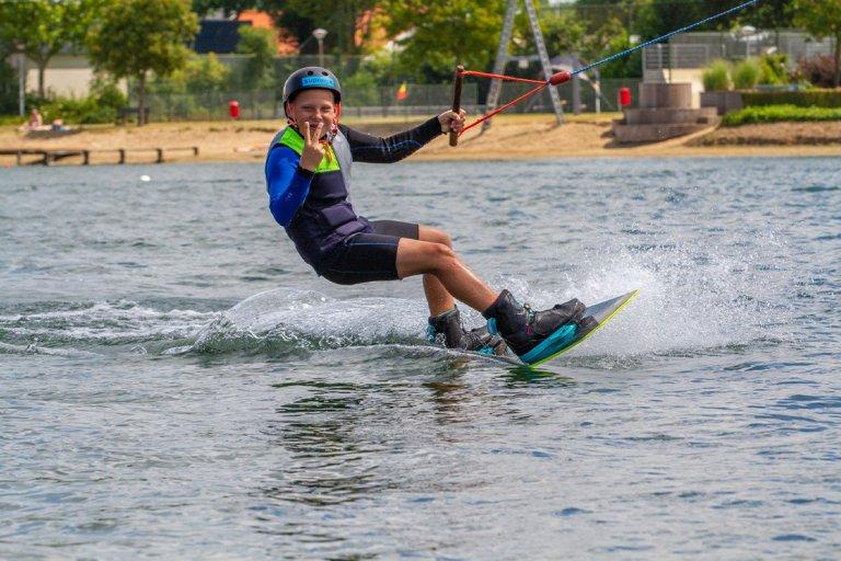 jongen komt voorbij op waterski