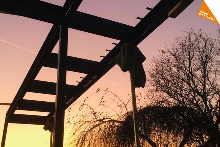 silhouet van de stalen constructie van de luifel