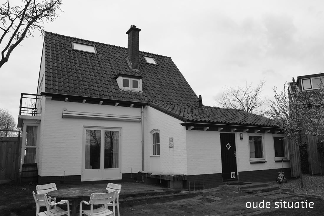 zwartwit foto van de achterkant van de woning vóór de verbouwing