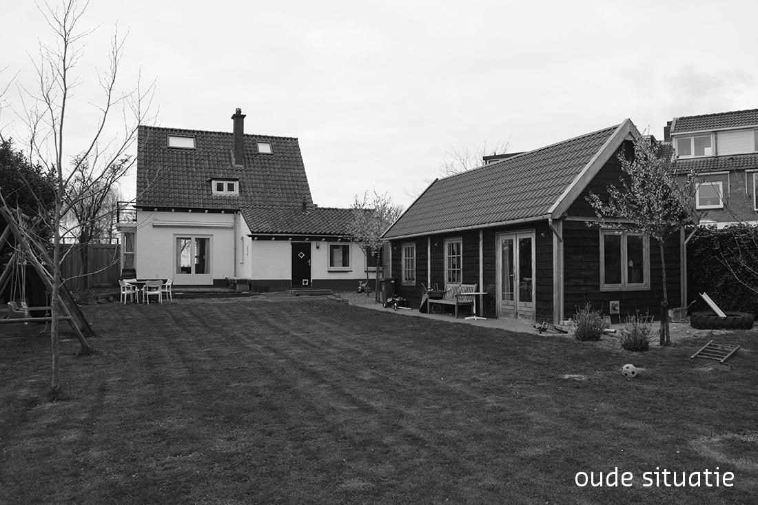 zwartwit foto van de tuin en de achterkant van de woning vóór de verbouwing