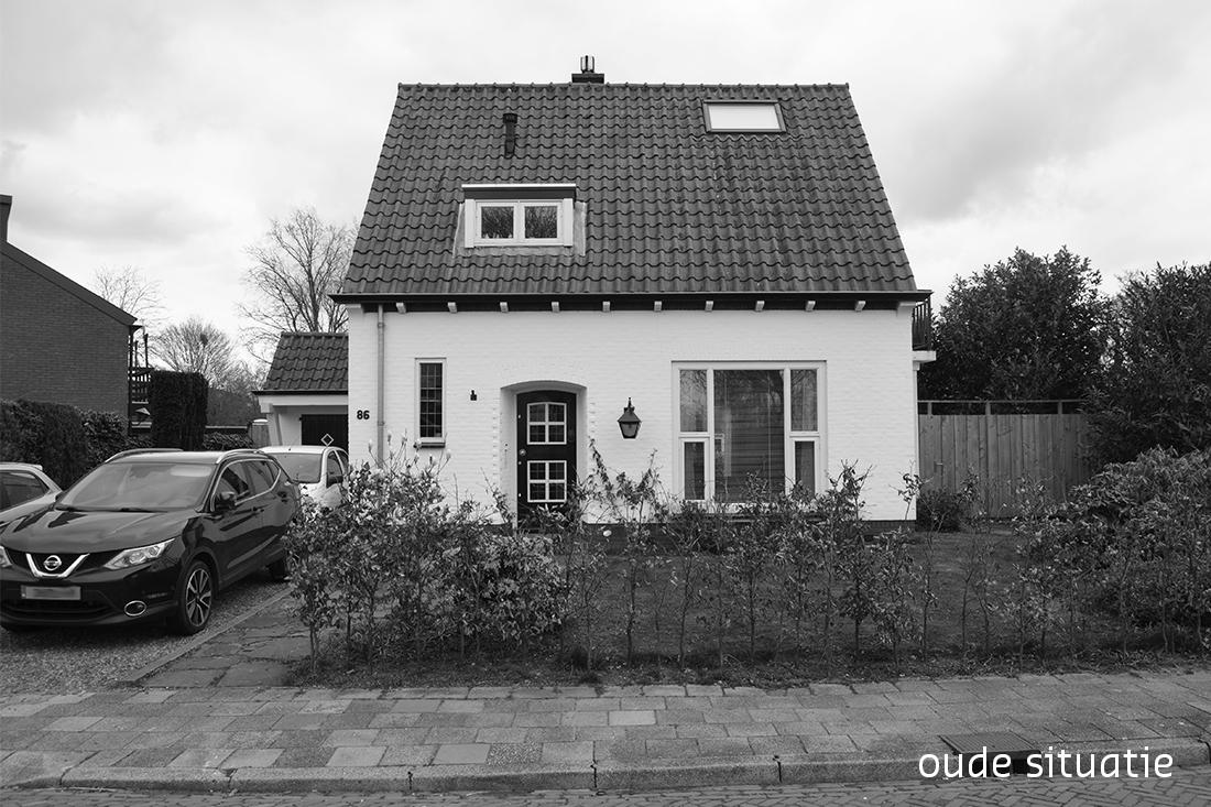 zwartwit foto van de voorkant van de woning vóór de verbouwing